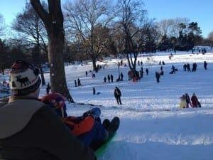 Depois de uma tempestade de neve a diversão é garantida no Central Park, NYC.