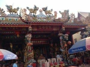 O templo é bem colorido e cheio de detalhes.