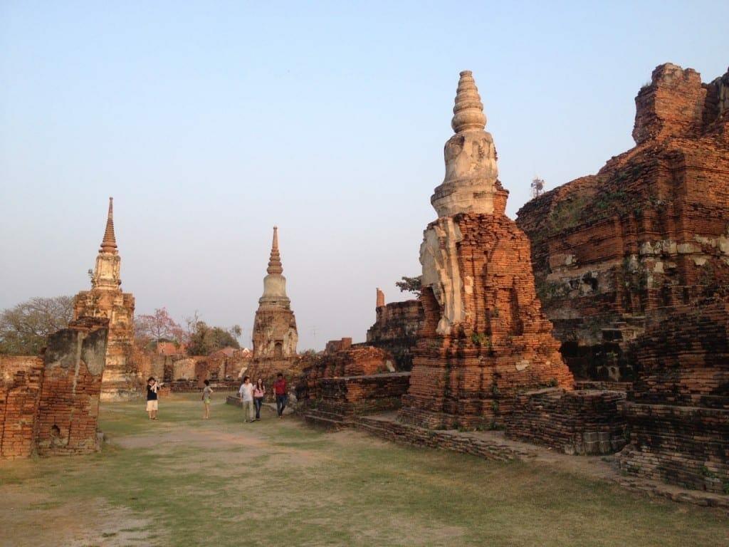 Fim de tarde nas ruínas do templo Wat Phra Mahathat.