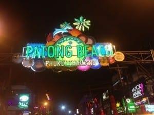 Vida noturna agitada em Patong Beach, Phuket.