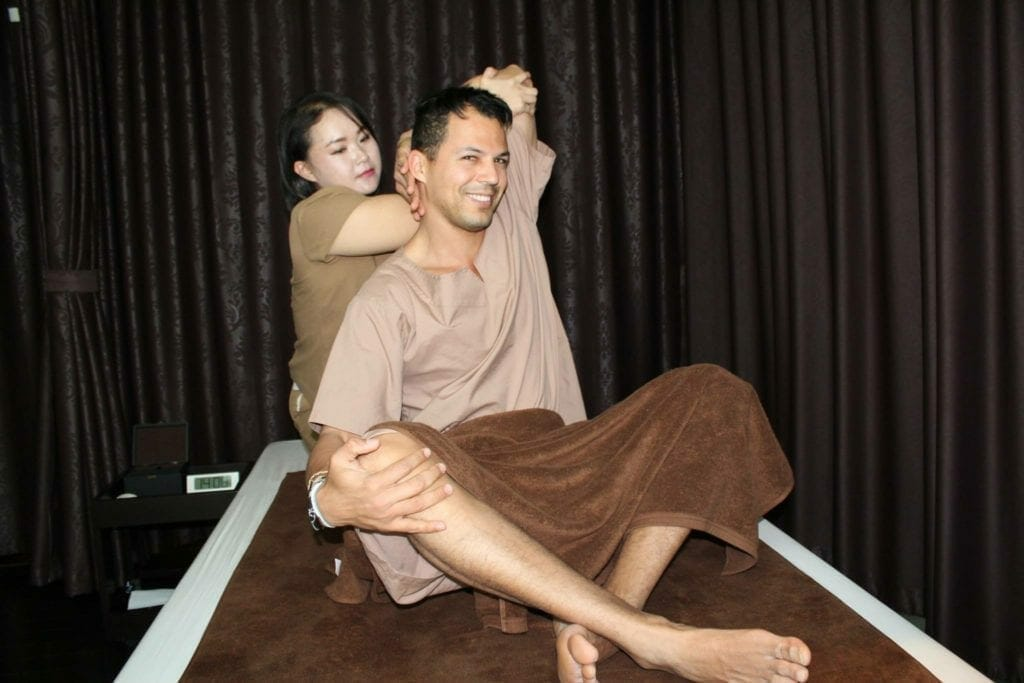 Haciendo un masaje en Borisud Pure Spa, Mode Sathorn Hotel.