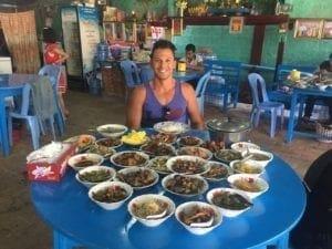 gastos de viagem em Myanmar mulheres com rosto tatuado