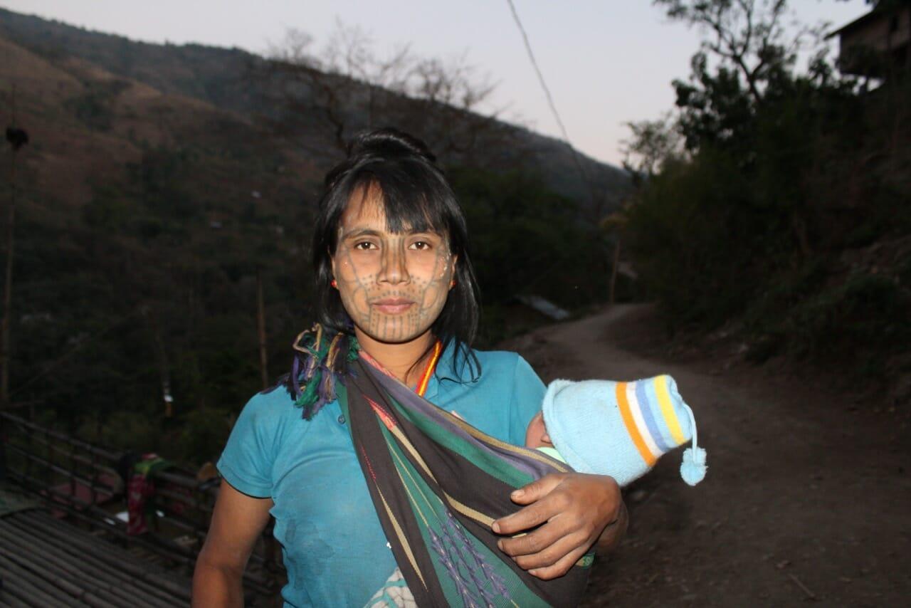 Thang Ti, 28, uma das poucas pertencentes à nova geração de mulheres com rosto tatuado em Myanmar.