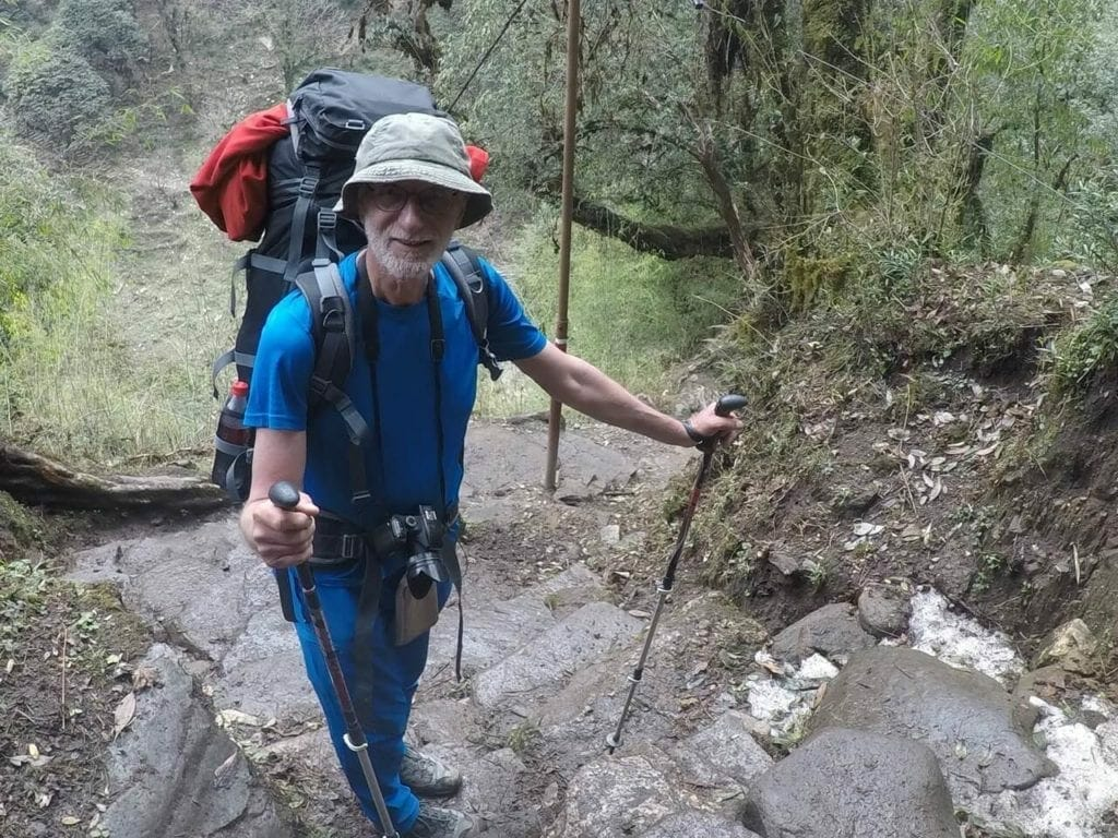 Um homem de 75 anos fazendo o Poon Hill trek no