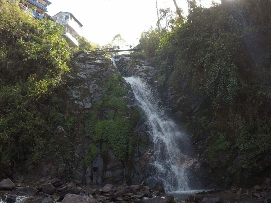 Cachoeira embaixo de uma ponte suspensa em Tikhedhunga