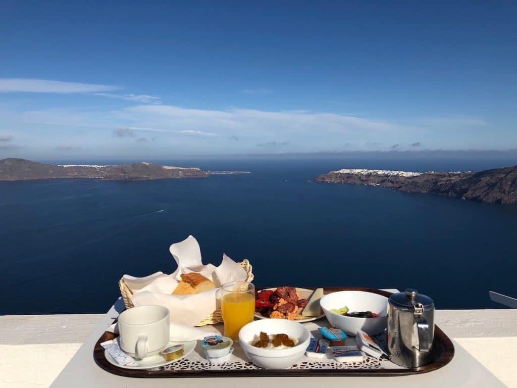 Imerovigli é uma vila dos sonhos e tem alguns do melhores hotéis em Santorini par lua de mel.