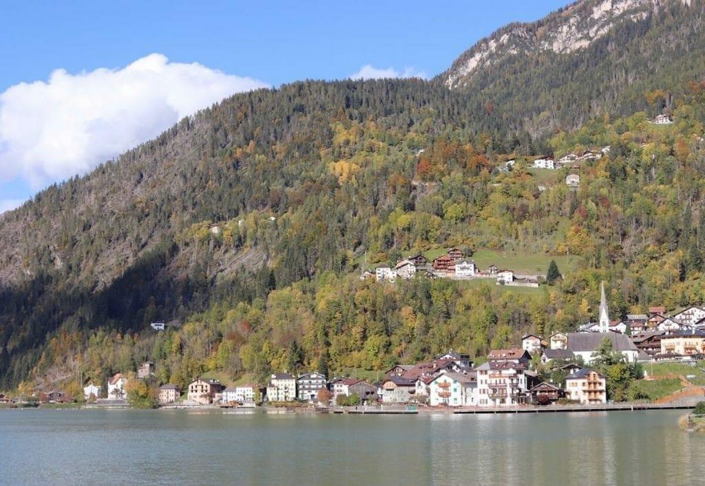 Alleghe en un pueblo muy hermoso en la provincia de Belluno, en la region de Veneto, Italia.