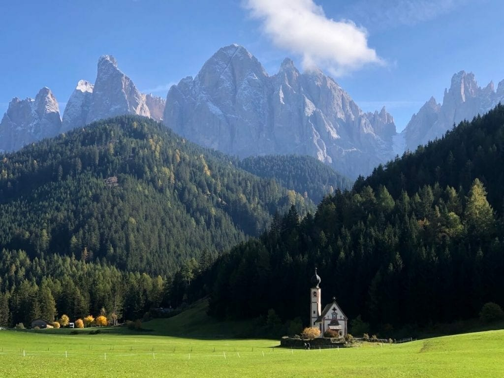 La Iglesia de San Juan en Ranui es uno de los lugares más fotografados en las Dolomitas.