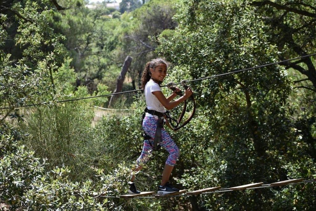 Pasear por las copas de los arboles es una de las mejores cosas que hacer en el Algarve con niños