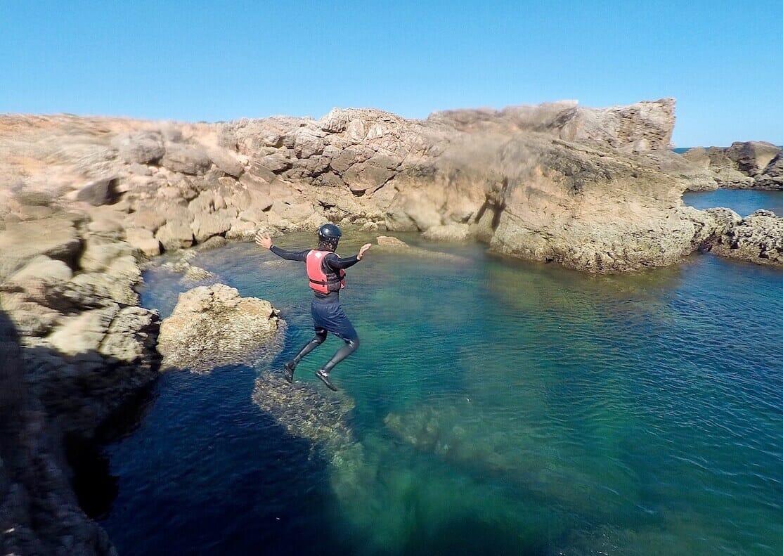 Si estás buscando actividades de aventura en el Algarve, debías hacer Coasteering